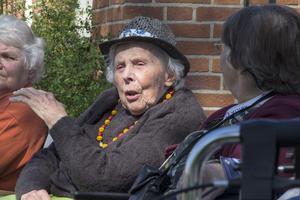 Majbeth Sandberg, 97 år, beundrar de gamla bilarna.