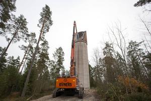 Maskinen som man använder vid rivningen väger 130 ton och når 42 meter.