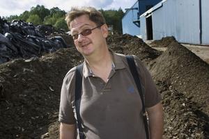 Kenneth Asp lovar att det inte finns något miljöfarligt i högarna med avfall.