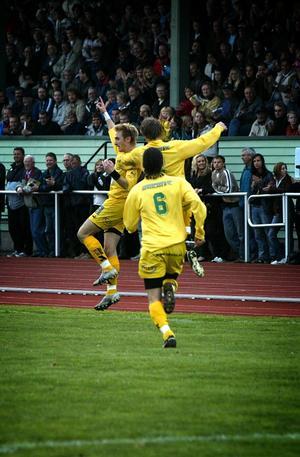 Måljubel. Mattias Hellberg (till vänster) har just gett hemmalaget ledningen med 1–0 och uppvaktas av bland annat Jonas Väntäjää (6).