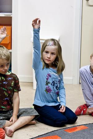 Emma Westerlund vet att i skolan ska man räcka upp handen.