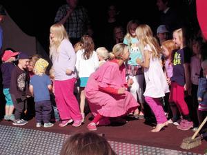 När det nu var sista föreställningen får året på Jamtli så fick alla barn in publiken komma upp på scenen. Det har i och för sig hänt med enstaka barn en och annan gång tidigare. Och att de då har börjat knuffa på skådespelarna ...