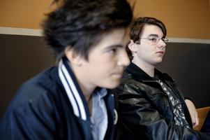 Klasskamraterna Azem Segaca och Beckir Catic samlar sig inför provet.