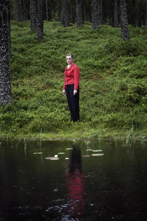 Fotografen Karin Bengtsson ställer ut i Avesta i sommar. Typiskt för hennes bildspråk är strängt regisserade melankoliska bilder.
