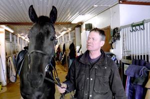 Rättvikstränaren Hans R Strömberg hoppas att On Track Piraten ska räcka till vinst i Ego Boys Minne.