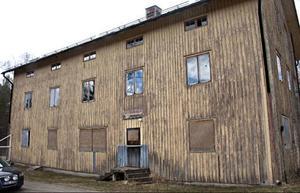 """Det här luggslitna och flagnade huset mitt i Ulriksfors var en gång i centrum i den då pågående debatten om svensk kriminalvård. Det fungerade som besökshotell vid fångvårdsanstalten  i Ulriksfors och var det första i sitt slag i hela världen.  I folkmun kom det snabbt att kallas för """"Tjyvnypet"""".Foto: Stefan Nolervik"""