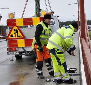 Anders Eklund och Anders Svedestedt funderar på hur man ska montera utan att borra i den kulturminnesmärkta bron.