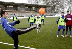 Tommy Johansson från Stene IF tränade flickorna tillsammans med Ida Scherling från IFK Kumla. BILD: SAMUEL BORG