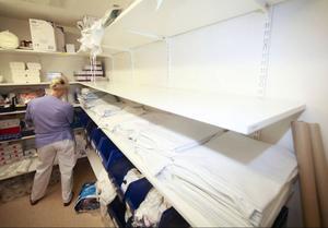 På Östersunds sjukhus strokeavdelning ekar hyllorna tomma på patientkläder, filtar och handdukar.