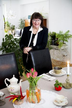 Eva Larsson har som ambition att med enkla medel skapa harmoni och balans i hemmet.Tulpanbuketten på bordet, till exempel, samsas med ett knippe morötter.