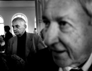 Kändisar på lyrikens område. Poeterna Bengt Emil Johnson och Tomas Tranströmer i samband med att Johnson fick Tranströmerpriset.  Ceremonin ägde rum på Stadshotellet i maj 2002.