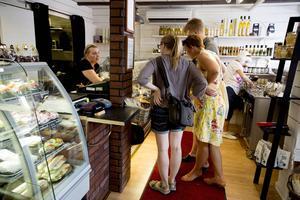 Catarina älskar kundkontakten och uppmuntrar gärna de som kommer in i butiken till att pröva något nytt.