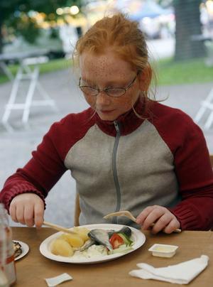 Tolvåriga Sabina Persson började kvällen med tre surströmmingar innan hon fortsatte mot karusellerna.