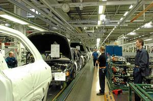 Biltillverkning vid Volvo Cars i Göteborg. Många företag i Bergslagen och Norrland är underleverantörer till bilindustrin.