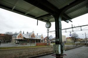 Vid järnvägsstationen har kommunen byggt upp ett nytt resecentrum för bussar.
