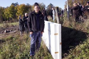 Ett väggblock som lagts ned visar principen. Stefan Carlsson står på insidan, där de infrästa reglarna finns med 60 cm mellanrum och på utsidan finns infrästa reglar på avståndet 120 cm.