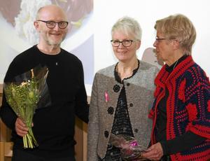 Föredragshållaren Isa Wallmyr längst till höger, avtackas av Arne Ludvigsson ordförande i ProLiv Dalarna och Monica Gabrielsson ordförande i Bröstcancerföreningen i Dalarna.