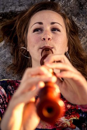 Kristine West spelar tillsammans med stråkensemblen Kamus på Västerås slott.