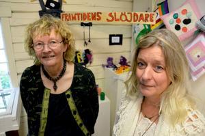 Slöjdare. Marre Cederlund, ordförande i Askersunds slöjdförening, och Carina Björnberg, textillärare på Sjöängsskolan.