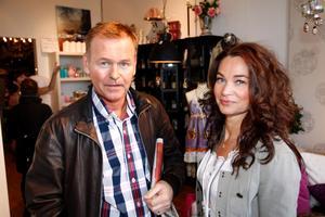 Åke Persson och Anna Khysing Persson tycker att det behövs fler fik och restauranger på Färjkajen.