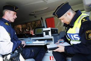 Staffan Jönsson sitter i skåpbilen och tar hand om de