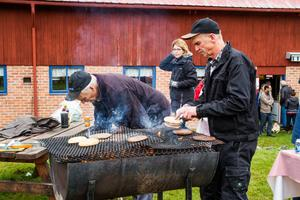 Det var hungriga besökare på Mickelsmäss i Delsbo konstaterar Olle Nilsson och Olle Ohlsson vid grillen.