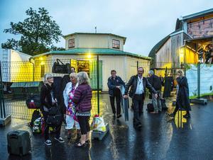 På väg in i bussen efter sändning och mingelfest. Halv tre på morgonen är Sundsvalls Kammarkör hemma igen efter Skansenäventyret.