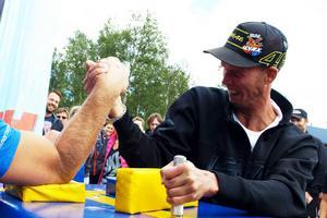 Hemmasonen Johan Eriksson har 17 mästerskapsmedaljer från sin 20-åriga skotercross karriär. Till medalj i armbrytning är det dock en bit.