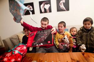 I soffan sitter Aruna Kasimova, Daniie Kolesnikov, Azat Kasinov, Ramazan Azizov och Shahriar Azizov.- Det här är en jättebra julklapp. Jag tycker om att spela spel, säger Kasinov Azat, som hoppas på att vinna över pappa.