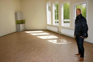 Stort klassrum. Mattias Looström, vd på Laxå kommunfastigheter, visar det nya trekantiga klassrummet.Bild: Katarina Hanslep