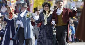 Många klär sig i traditionella dräkter under festivalen.