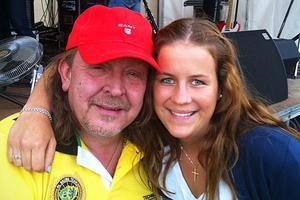 Under pauserna i Lasse Stefanz spelningar brukar Therese Waleteg passa på att umgås med bandet – och framförallt med Olle Jönsson.