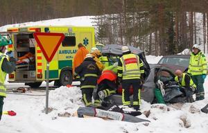 Räddningspersonalen arbetade länge med att få loss den person som satt fastklämd inne i en av de inblandade bilarna. Foto: Björn Rehnström/DT