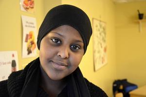 Ayaan Noor, 14 år, Granloholm:    – Lärarna borde ägna mer tid åt eleverna, och visa på vad som kan hända i framtiden om man inte studerar.