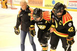 Aj aj aj. Josefine Holmgren skadade sig i slutet av matchen och fick hjälp av Caroline Fougman och lagkaptenen Angelica Östlund att ta sig av isen.