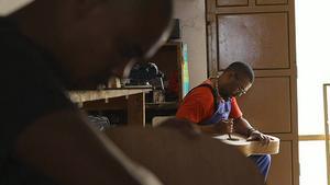 Aniceto Gomes bygger sina gitarrer från grunden i verkstaden i staden Mindelo, Kap Verde.