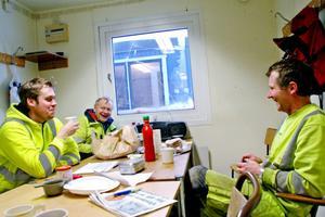 Fikarasten är en chans att värma sig med lite kaffe. Erik Stensson, Sven-Ivar Olsson och Carl-Anders Wallberg på Skanska gör uppdrag hos Rundvirke i Marmaverken.
