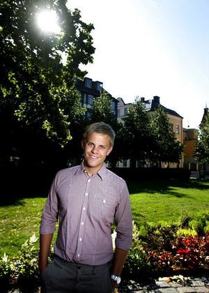 Jonas Svedin är utbildad på Informations- och PR-programmet på Mittuniversitet och har jobbat på reklambyrå i Sundsvall. I går flyttade han för att börja nya jobbet i Stockholm.