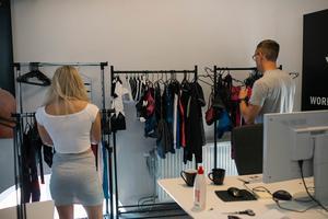 Den första kollektionen träningskläder har redan kommit. Anna Nyström och Jan Isacsson väljer outfit till fotograferingen.