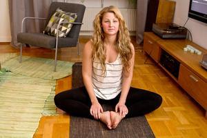 Med hjälp av yoga kan Lova Marcks slappna av.