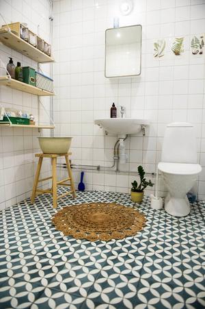 Badrummet är nyrenoverat. Golvets klinkers valdes med omsorg och fick kosta lite extra.