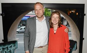 Lisa Magnusson anser att alltför många ledande V-företrädare (här partiledaren Jonas Sjöstedt och EU-parlamentarikern Malin Björk) relativiserar hedersförtryck mot flickor och kvinnor.