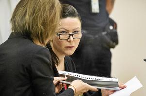 Johanna Möller vid rättegångens första dag i Västmanlands tingsrätt. Till vänster hennes försvarare Amanda Hikes.