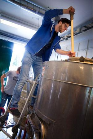 Love rör om i sörjan av krossad malt och vatten i mäsk- och silkärlet. Ensymer i malten omvandlar stärkelsen till socker och vilka sorters malt man använder styr maltsmaken och färg på ölet.