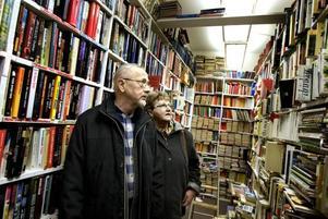 """Profil. Tommy Örtberg har blivit en stor profil bland Gästriklands bokälskare. Varje vardag finns han i antikvariatet i                             centrala Sandviken för att hjälpa kunderna att hitta vad de söker. """"Det är roligt att se hur glada kunderna blir när de hittar vad de vill ha"""" säger han.Julklapp. Åke och Viola Gillberg var ute efter en bok med amerikanska bilar i. En julklapp till ett barnbarn i Stockholm. Någon sådan fanns dock inte i butiken, i stället blev det några tidningar  i samma tema."""