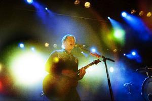 Doun Johnossi gör jobbet som ett flertaligt rockband och fyller ut scenen med råge.