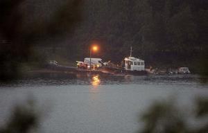 Räddningspersonal letar efter möjliga överlevande i vattnet utanför Utöya.