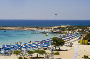 Ayia Napa på Cypern är en populär ort för unga dit det fortfarande kan gå att få en sista minuten.