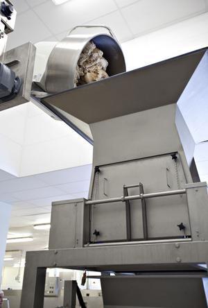 Tre ton deg bakas varje dag i den stora maskinen i fabriken. Alla råvaror är ekologiska.