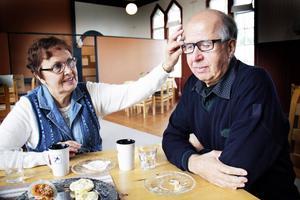 Pentti Warberg blir märkbart berörd när han tänker tillbaka på sin tid som finskt krigsbarn. Han har präglats av känslan att inte känna sig riktigt hemma någonstans. Hustrun Vuokko är hans stora stöd i livet.